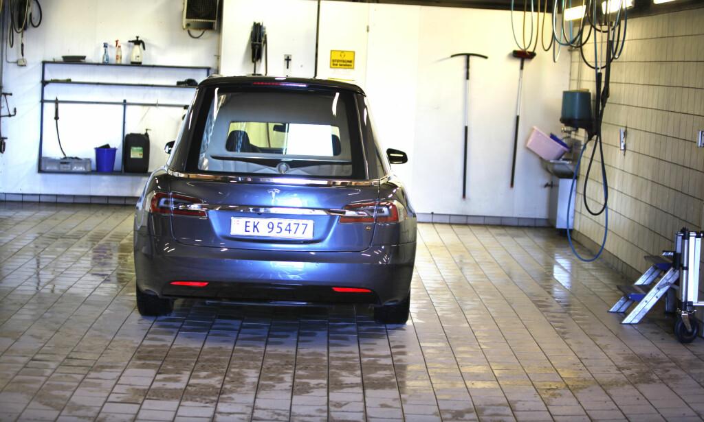 VASKES DAGLIG: Teslaen er det siste tilskuddet i garasjen til Jølstad Begravelsesbyrå. Foto: Øystein Fossum