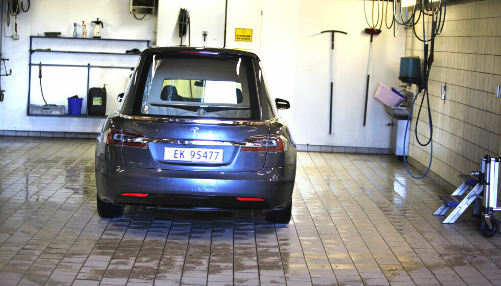 <strong>VASKES DAGLIG:</strong> Teslaen er det siste tilskuddet i garasjen til Jølstad Begravelsesbyrå. Foto: Øystein Fossum
