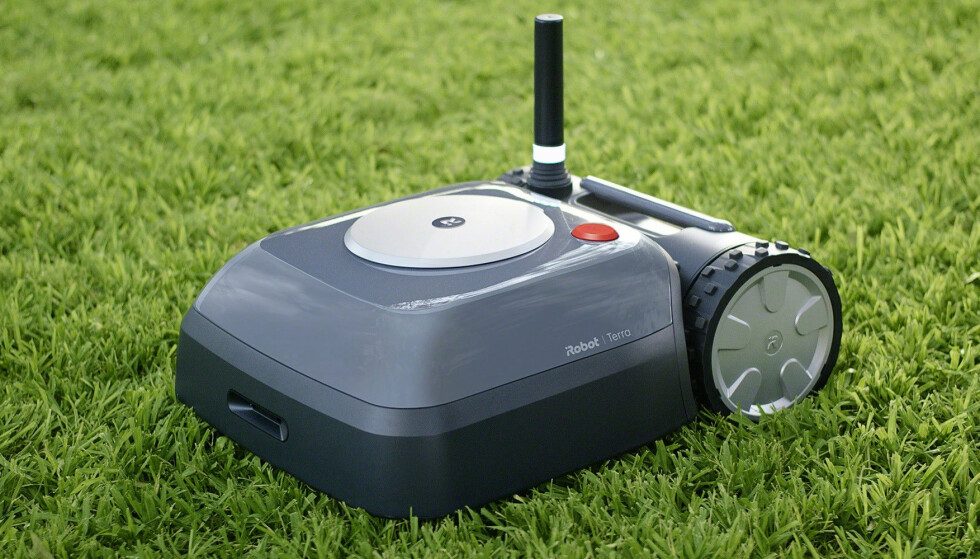 SELVKJØRENDE: iRobot Terra klipper gresset i hagen din uten at du behøver å sette opp tråder. Foto: Terra