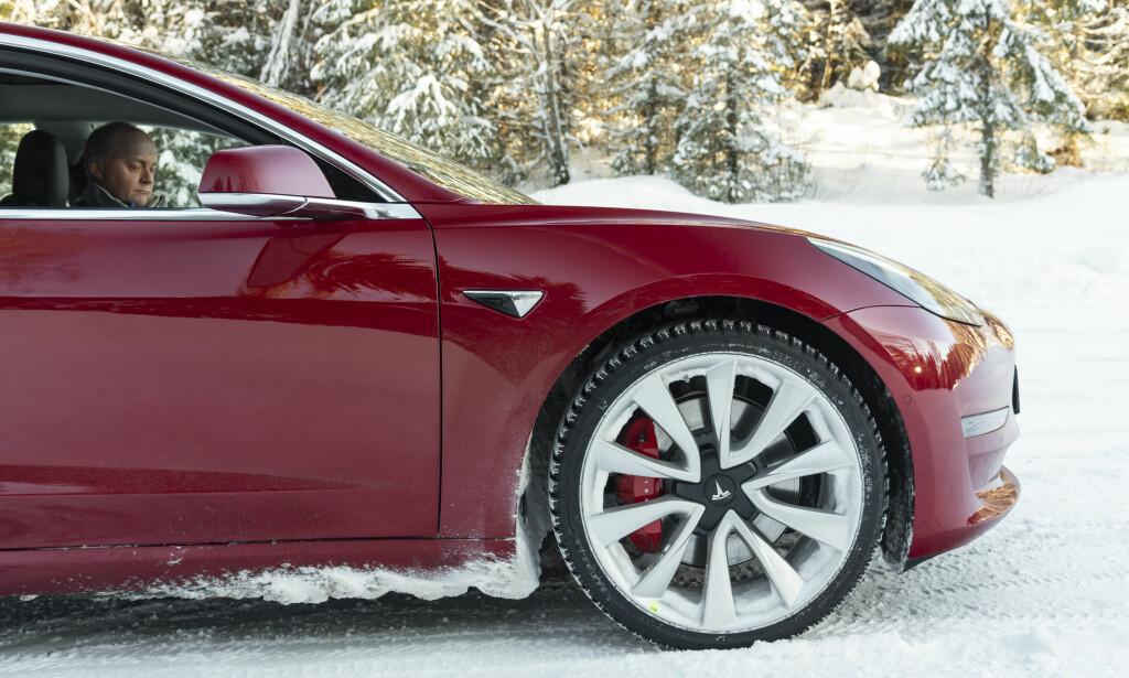 TØFT MED HARD: 20-tommers felger og lavprofil vinterdekk ga oss en hard og stumpete kjøreopplevelse.
