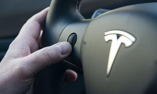 MULTIFUNKSJON: Betjening på rattet brukes til mye. Alt fra lyd til speil justering. Foto: Jamieson Pothecary