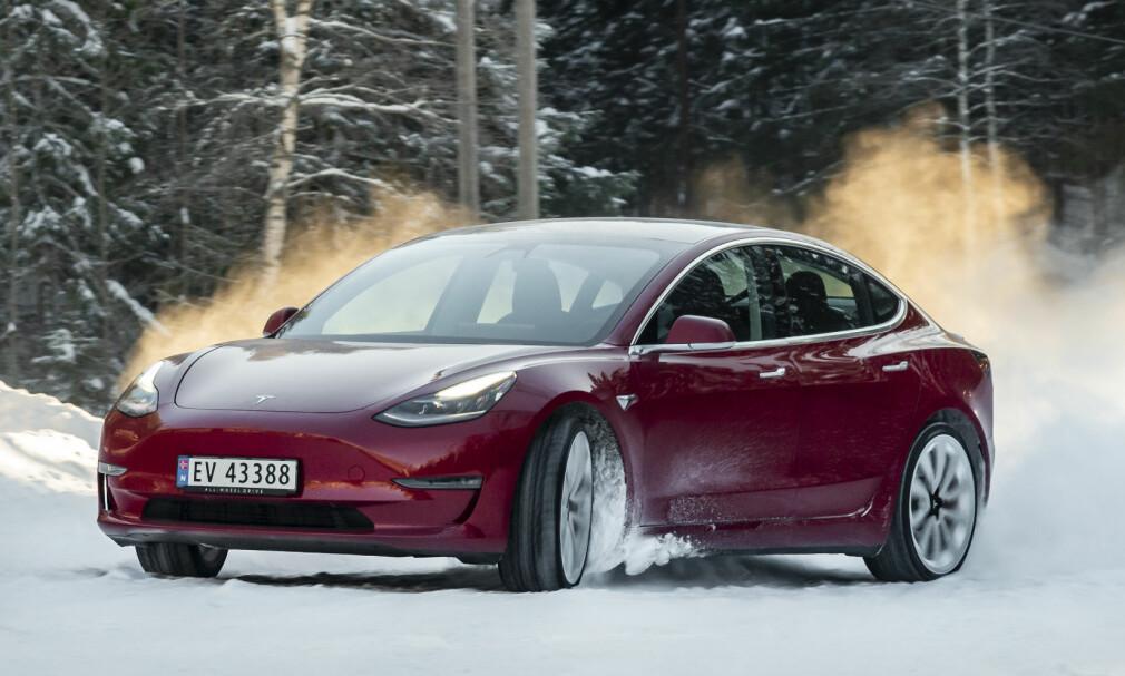 TESLA MODEL 3 PERFORMANCE: Kjøreegenskapene overrasket oss. Bilen er mer leken enn forventet! Foto: Jamieson Pothecary