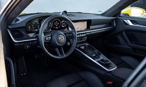 DIGITALT OG KNAPPELØST: Selv om alt har moderne tilsnitt, er layouten helt typisk Porsche. Skjermen er heldigvis blitt mye større og knappehysteriet er borte. De viktigste funksjonene finner du på rattet. Foto: Rune M. Nesheim