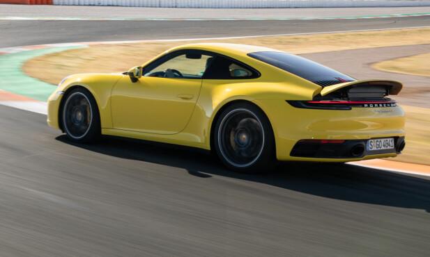 PERFORMANCE: Vingen er helt annerledes enn tidligere generasjoner og løftes i to posisjoner. En normalposisjon som går opp i 90 og enda et trinn, Performance, som du ser på bildet her. Foto: Porsche