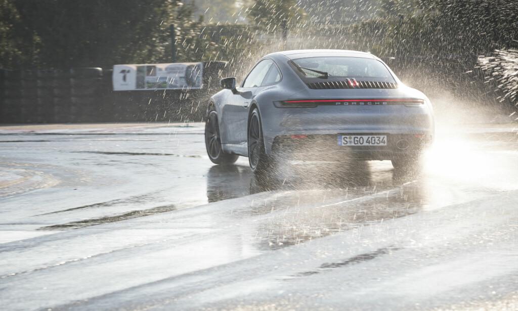 VÅT DRØM: Med det nye kjøreprogrammet, kan man kjøre vesentlig fortere i regnet. Foto: Porsche