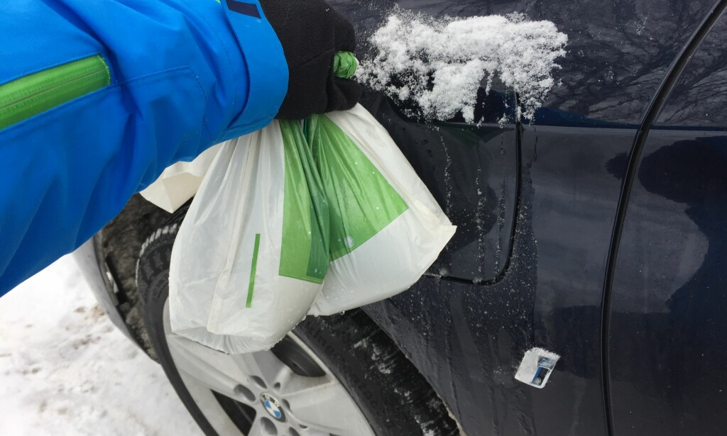 PLASTPOSETRIKSET: Så enkelt tiner du låser og luker på bilen. Foto: Rune Korsvoll