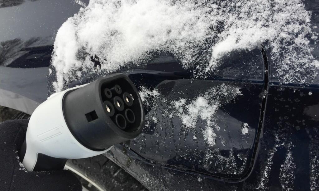 GRATIS-TRIKSET: Lukene til ladeport og bensinlokk har en tendens til å fryse igjen i kulda. Du tiner dem på noen sekunder, ved hjelp av <i>plastposetrikset</i>. Foto: Rune Korsvoll