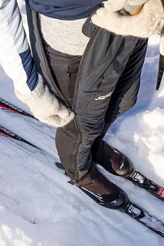 SMART: PowderX-buksen har glidelås helt fra hoften til ankelen, som gjør det lett å ta den av og på uten å måtte ta av deg ski eller sko. Genialt som overtrekksbukse etter trening eller ved rast langs skiløypa. Foto: Per Ervland.