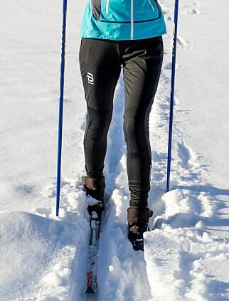 RASK BUKSE: Dæhlie Flow er ei god langrennsbukse til treningsturer i høyt tempo, men litt kald over baken. Foto: Per Ervland.