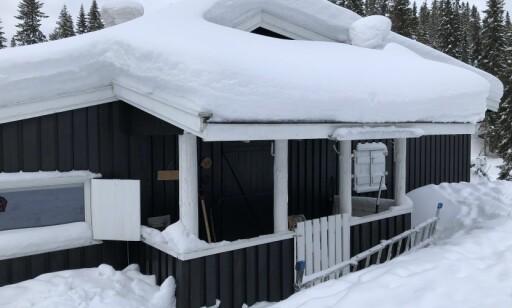 MÅK: Ser taket ditt slik ut i vinter, bør du snarest finne fram stige og måkeredskap. Foto: Bjørn Eirik Loftås