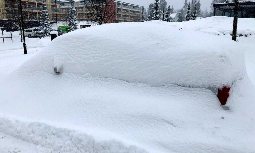 REPRISE: Bildet av den begravde bilen ble tatt på Jessheim i fjor vinter. Nå forbereder mange østlendinger seg på en reprise denne vinteren. Foto: Bjørn E Loftås