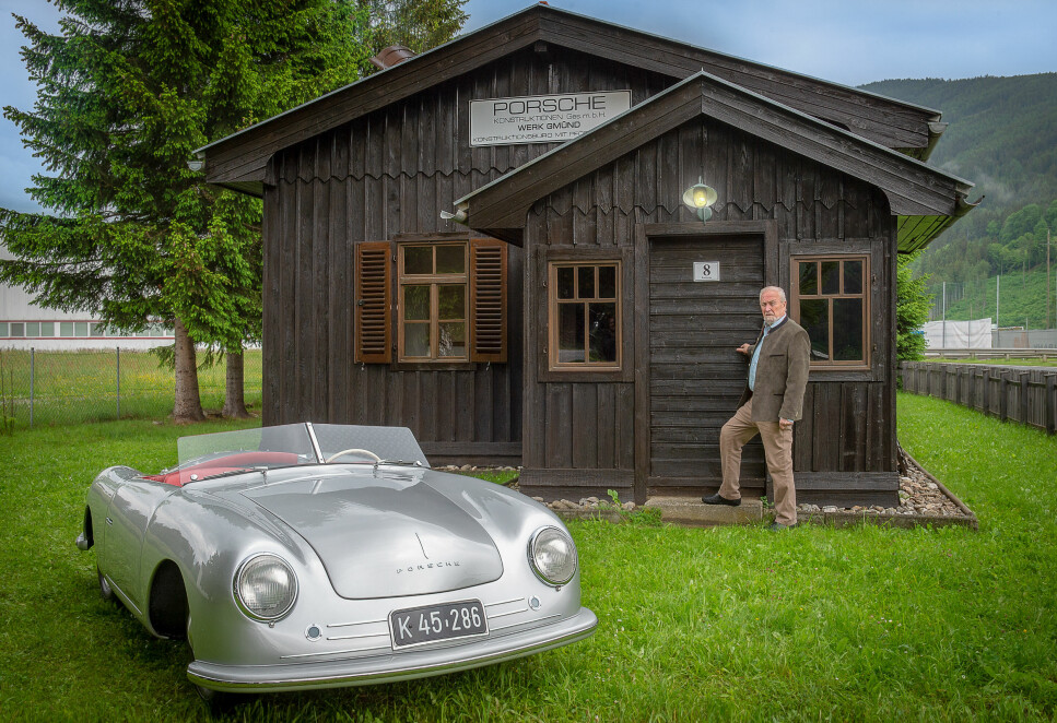 SKJULTE SKATTER: Bak disse dørene finnes en av verdens eldste Porsche-samlinger. Foto: Paal Kvamme
