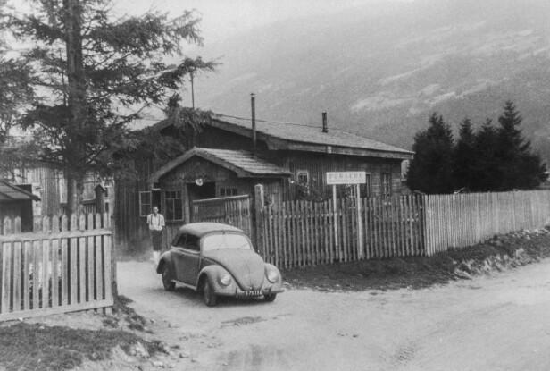 FØRSTE TUR: Ferry Porsche på vei  ut fra fabrikken, i hans VW cabriolet. Foto: Porsche Automuseum Helmut Pfeifhofe