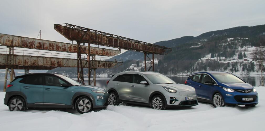ETTERSPURTE, MEN: De skal smøre seg med tålmodighet, som har bestilt en av disse tre elbilene med lang rekkevidde - selv om en gledelig nyhet for mange kunder av Hyundai Kona (lengst til venstre), er at det løsnet skikkelig i januar. Bilsalget generelt går svært trått - i stor grad grunnet kunder som venter på tilgjengelige biler. Foto: Rune M. Nesheim