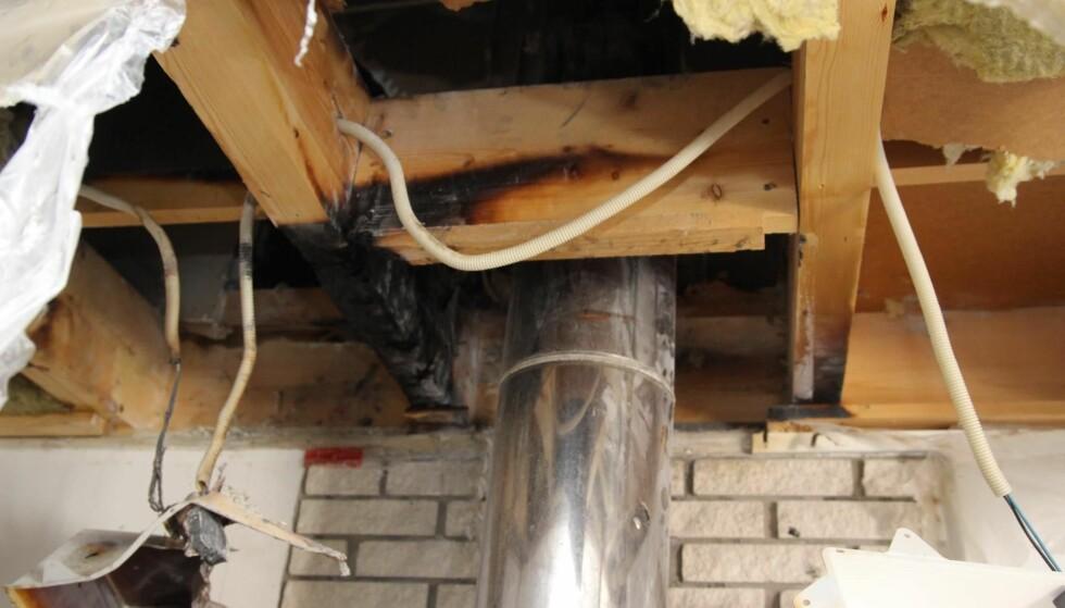 FOR DÅRLIG: Svekkelser i isolasjonen mot bjelkelaget førte til at pipa ble for varm under en sotbrann - og dermed antente bjelkelaget og forårsaket husbrann. Foto: Nedre Romerike brann- og redningsvesen IKS