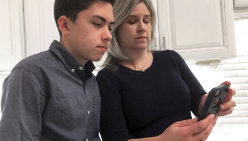 Det var Grant Thompson som oppdaget feilen. Her med sin mor, Michele. Foto: Brian Skoloff/AP