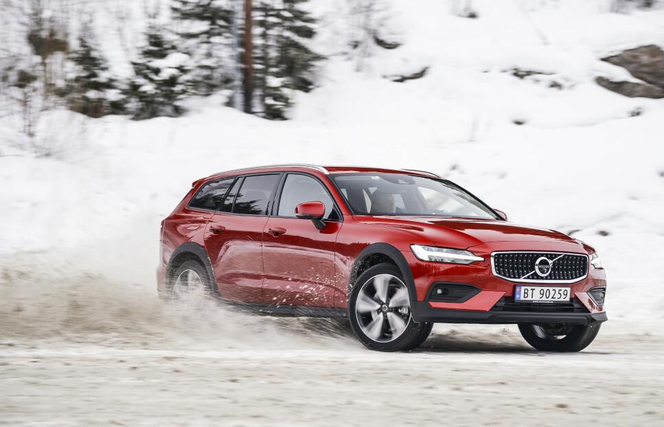 KLAR FOR FREMTIDEN: Volvo gjør opp status etter et godt år i det norske markedet, minus elbil. Særlig suksess hadde stasjonsvognen V60 (bildet - i versjon Cross Country). Og fravær av en elektrisk modell skal det bøtes på i året som kommer. Foto: Jamieson Pothecary
