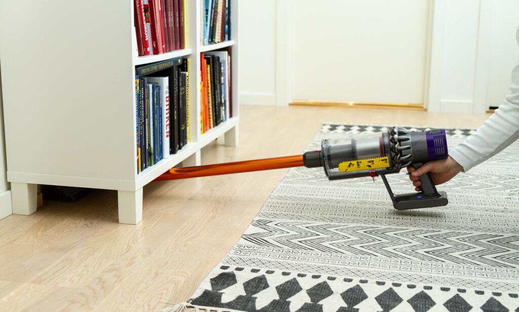 VOND STILLING: Dysons ergonomi er ikke god til å støvsuge under møbler. Foto: Tron Høgvold