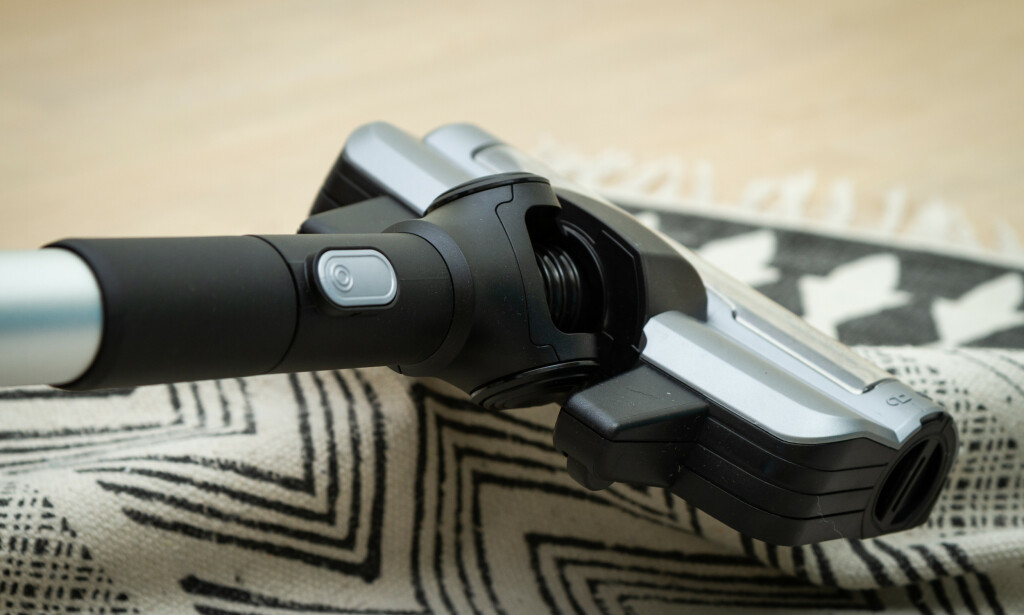 FULL STOPP: De roterende børstene til Bosch satte seg flere ganger fast i tepper. Foto: Trond Høgvold