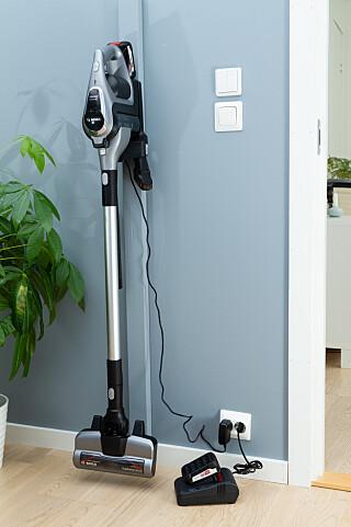 RYDDIG: Alt tilbehør bortsett fra ekstrabatteriet og hurtigladeren kan klikkes på plass i veggbraketten. Foto: Tron Høgvold