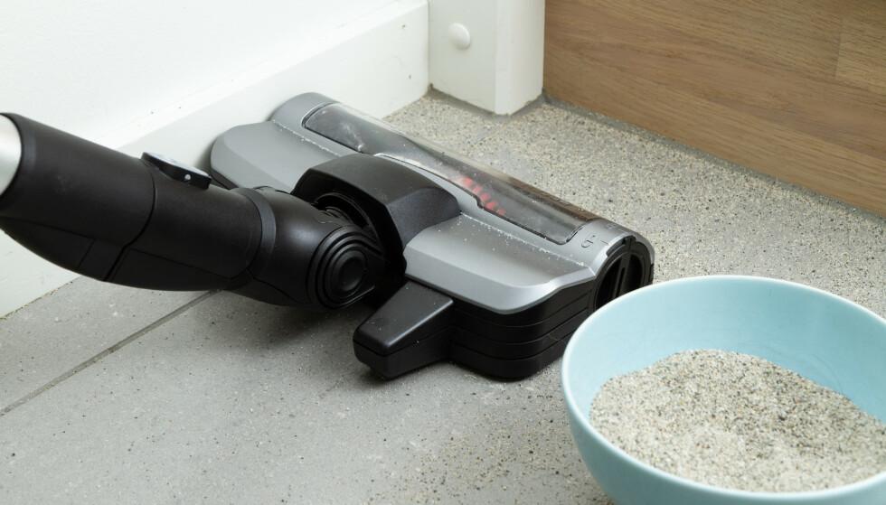 SAND: Alle som har barn i barnehage vet hvor viktig det er med en støvsuger som får med seg sand som ligger inntil lister. Her var det Bosch som etterlot flest sandkorn. Foto: Tron Høgvold