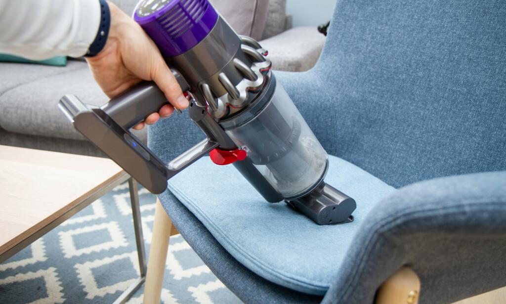 MØBLER: Det motoriserte minimunnstykket til Dyson fungerer helt suverent i møbler. Foto: Tron Høgvold