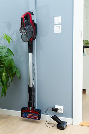 Philips har et godt oppheng, men det er ikke plass til å klikke på plass tilbehør i veggbraketten, slik som er mulig både hos Bosch og Dyson. Foto: Tron Høgvold