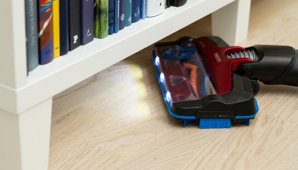 LYSENDE IDE: Philips har lys i munnstykket. Det er til enorm hjelp når du er ute etter et strøkent støvsugerresultat. Foto: Tron Høgvold