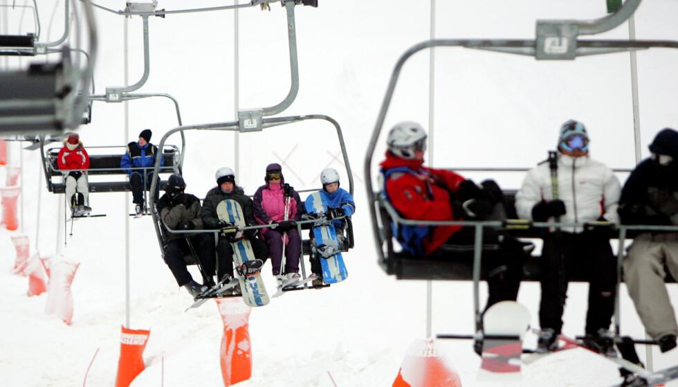 SKIUTSTYR PÅ FERIE: Mange skal på skiferie i år, enten innenlands eller utenlands. Noen har kanskje ikke mulighet til å ta med seg eget skiutstyr, og andre lurer på om de gidder å dra med seg den lange skibagen. Det finnes heldigvis utleie- og lånemuligheter. Foto: Håkon Mosvold Larsen/NTB Scanpix.