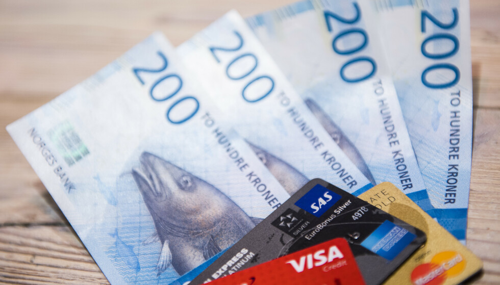 BETALING MED KONTANTER: Norges Bank ønsker at regelverket rundt kontanter som betalingsmiddel, strammes opp. Foto: John Olav Nesvold/NTB scanpix.