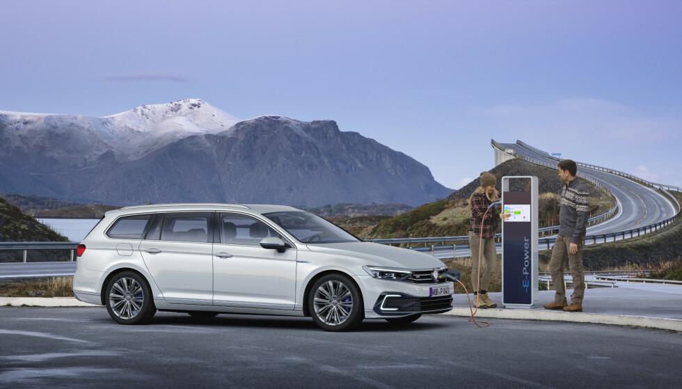 OPPDATERING: En av tidenes mest solgte bilmodeller i Norge, VW Passat, får en midtlivsoppgradering. For norske kunder er det særlig interessant å merke seg at GTE-versjonen, den ladbare hybriden (bildet), kommer tilbake - med 30 prosent økt rekkevidde. Foto: VW