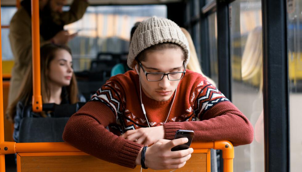 UTEN FASTE KOSTNADER: Bruker du mobiltelefonen lite, kan et kontantkort være midt i blinken. Men det er ganske store forskjeller på hva mobiloperatørene tilbyr. Foto: Shutterstock / NTB Scanpix