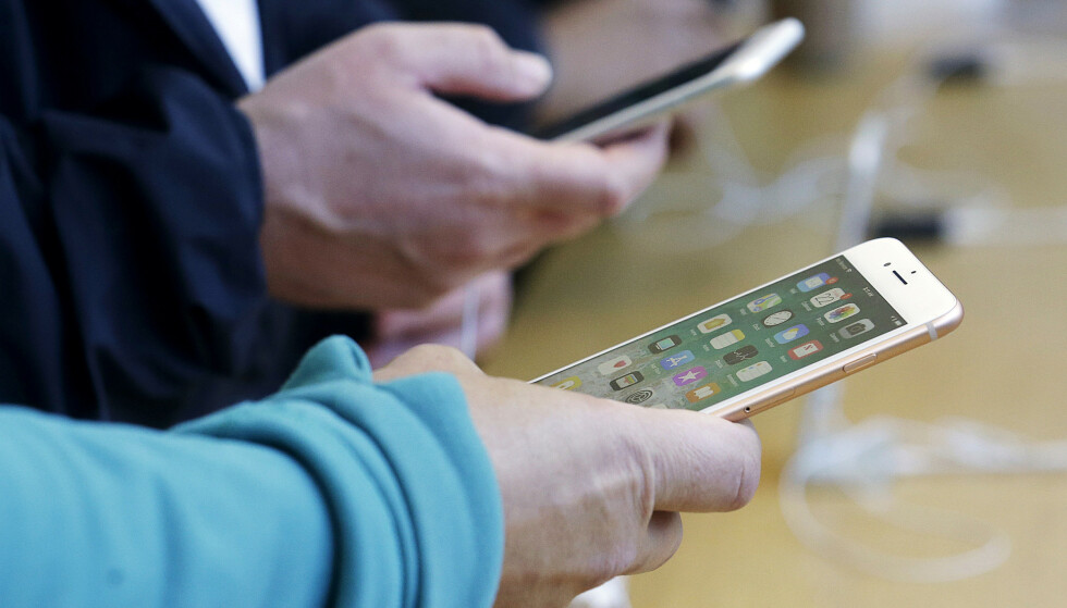 SPIONERER: Ifølge TechCrunch er det flere iPhone-apper som spionerer på brukerne. Foto: Jeff Chiu/AP