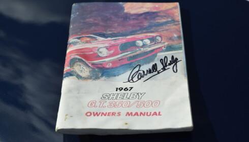 BØR LESES: Den signerte brukermanualen til Shelby GT 350 og GT 500. Foto: Stein Inge Stølen