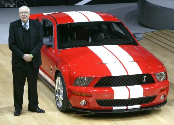 NY OG RÅ: Carroll Shelby avduket 2006-modellen av den nye Ford Shelby Cobra GT500 på New York Motorshow i 2005. Bilen har mange likhetstrekk med den gamle. Foto: NTB/SCANPIX