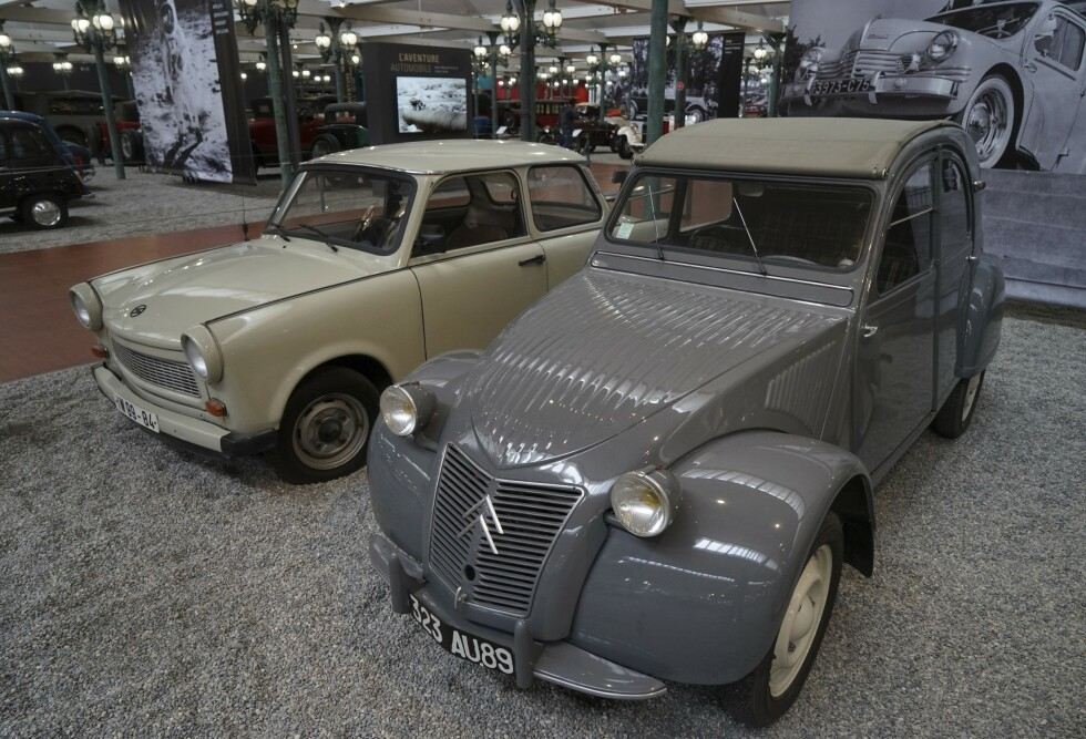 IKONER: Ingen fransk bilsamling kan være uten en Citroën 2CV. Bak står østtyskernes folkebil, Trabant. Foto: Paal Kvamme