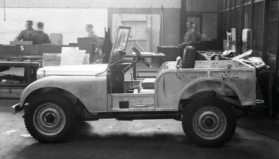 MIDTSTILT: Rattet var stilt i midten for å spare produksjonskostnader ved å måtte produsere en venstre- og høyreratt utgave. Foto: Land Rover