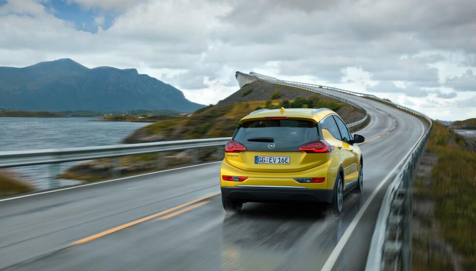 <strong>FOR BILLIG:</strong> Ved lanseringen i Norge var prisen på Ampera-e under 300.000 kroner. Det var så billig at GM tapte penger på bilene de sendte over til Norge. Foto: Opel