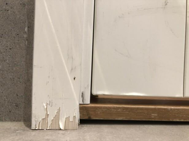 <strong>TEGN PÅ RÅTE:</strong> På grunn av vannsprut og fukt over tid, har malingen begynt å flasse av nederst på listen langs denne baderomsdøren. I tillegg vises en svak misfarging på treverket. Dette kan være et typisk tegn på en begynnende råteskade. Foto: Linn Merete Rognø.