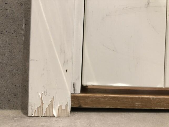 TEGN PÅ RÅTE: På grunn av vannsprut og fukt over tid, har malingen begynt å flasse av nederst på listen langs denne baderomsdøren. I tillegg vises en svak misfarging på treverket. Dette kan være et typisk tegn på en begynnende råteskade. Foto: Linn Merete Rognø.