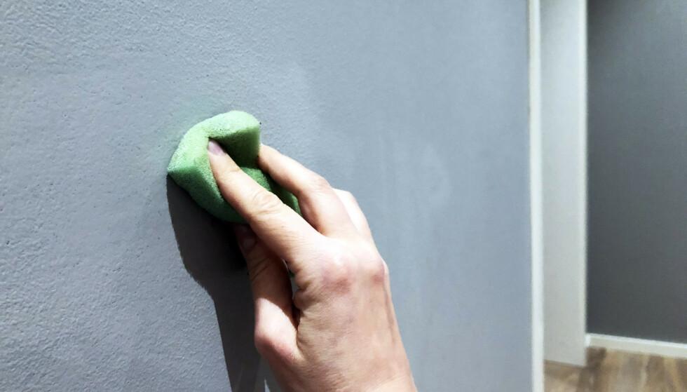 FJERNET MED SVAMP: Pennestrekene ble tegnet på den matt-malte veggen for flere måneder siden. Vi klarte å fjerne alt sammen ved hjelp av lunkent vann på en oppvridd vaskesvamp. Foto: Linn Merete Rognø.
