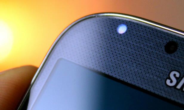VARSEL-LED: De fleste Android-telefoner har en liten LED-pære som kan lyse i ulike farger avhengig av hva som har skjedd på telefonen mens du ikke har brukt den. Foto: Ole Petter Baugerød Stokke
