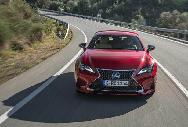 BEHAGELIG: Når man legger racing-ambisjonene igjen hjemme, kan man få en god kjøreopplevelse i Lexus RC 300h. Foto: Lexus