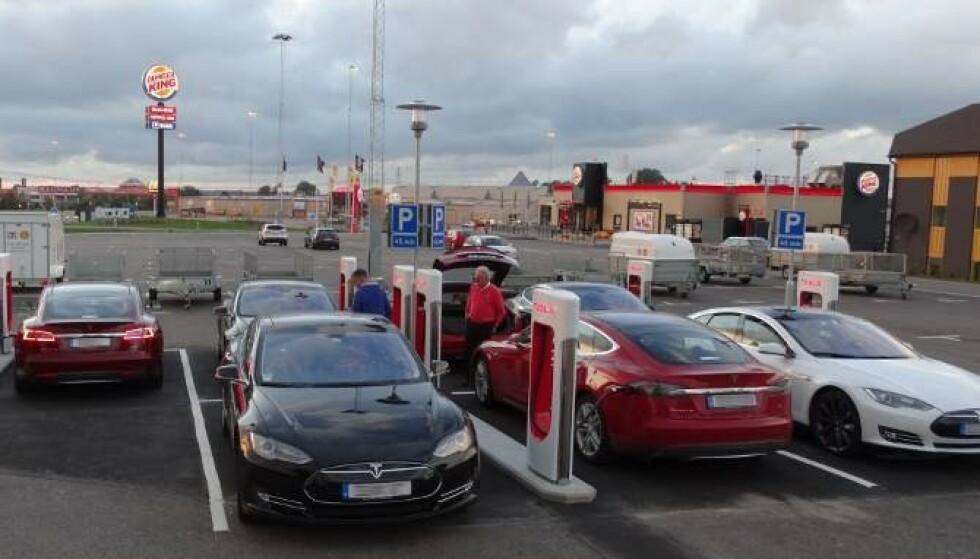 BLIR I SVERIGE: Tesla Model S er blant de mest populære elbilene i Sverige, men de brukte bilene forblir i Sverige. Foto: Tesla Owners Club