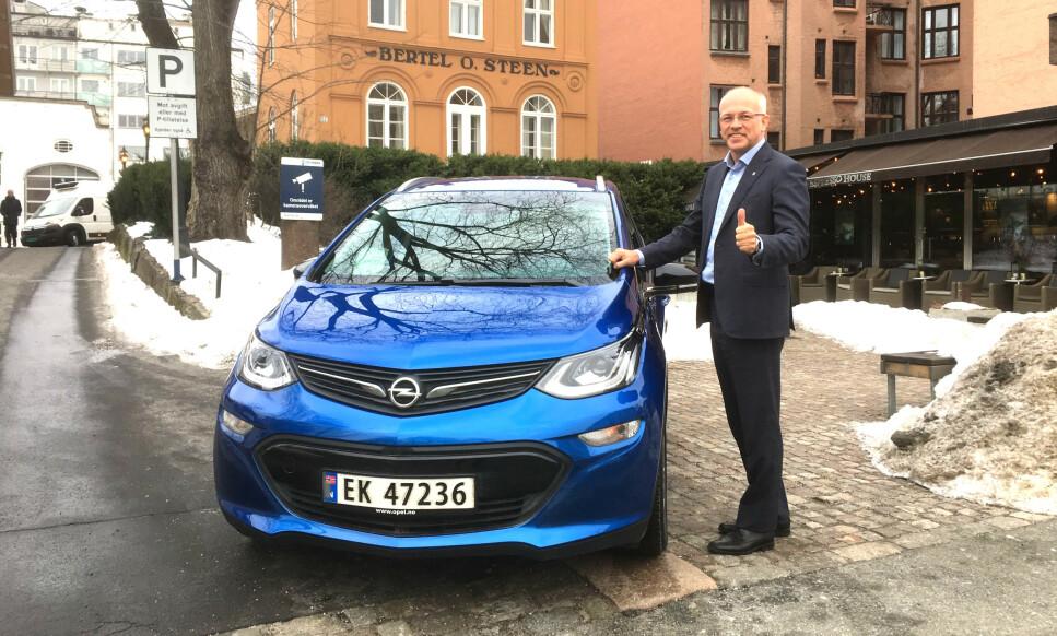 NY PRIS: 407.900 KRONER LEVERT OSLO: Merkesjef for Opel i Bertel O. Steen, Johnny Danielsen, er strålende fornøyd med å kunne love mange hundre nye leveringer av ettertraktede Opel Ampera-e i løpet av 2019. Foto: Knut Moberg