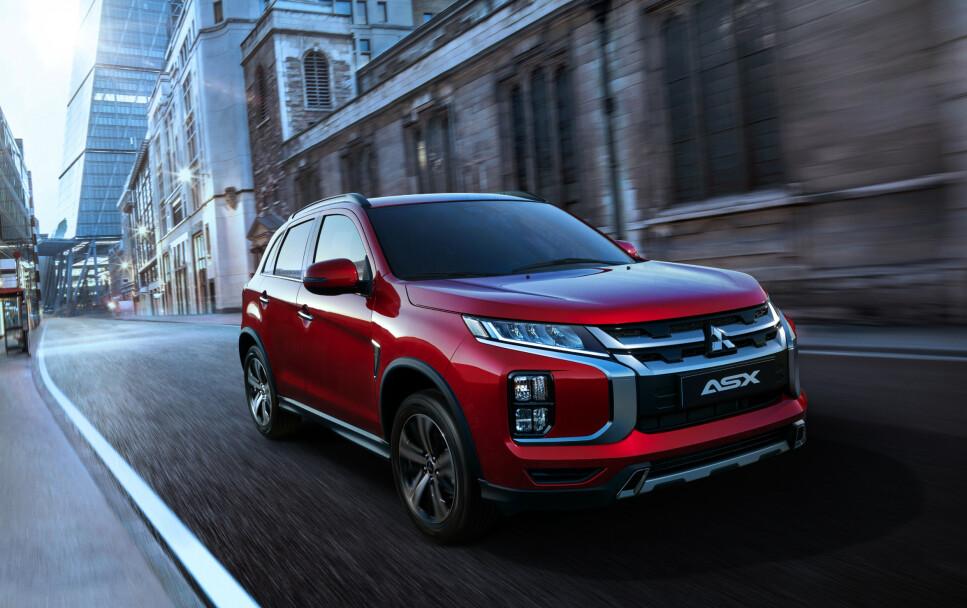 PÅ NY I FRONT: Den kompakte SUV-en Mitsubishi ASX er med årene havnet helt i skyggen av sin ladbare storebror, Outlander, men nå kommer en betydelig oppgradert modell på markedet - dette mens vi venter på en ny, elektrisk versjon som er under utvikling. Foto: Mitsubishi