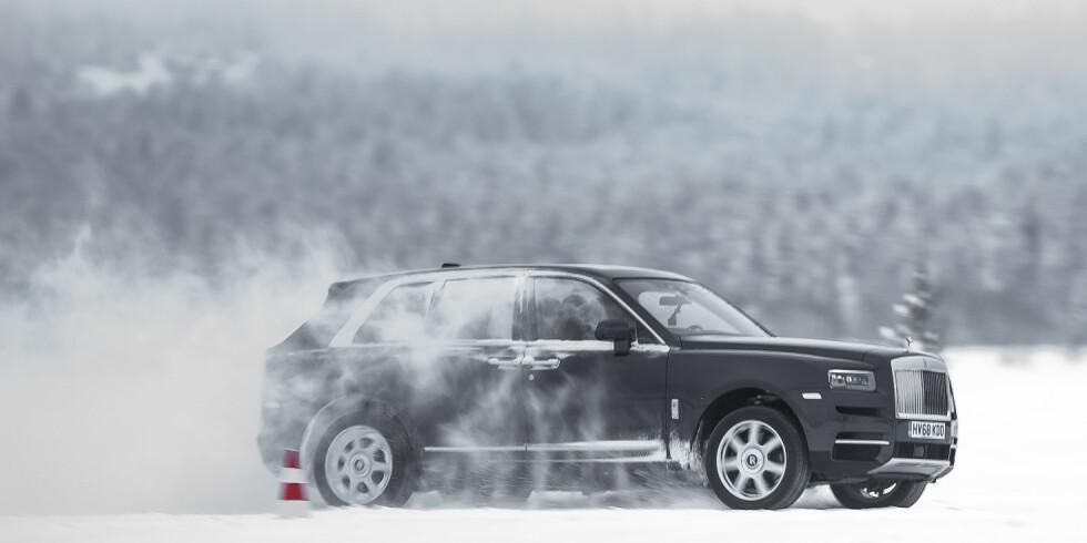 KRAFTIG: Cullinan har en heftig V12 biturbo underpanseret som leverer «nok» krefter - ifølge Rolls-Royce. Foto: Jamieson Pothecary