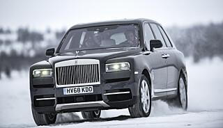 KOMFORTMESTER: Det er helt riktig å beskrive en Rolls-Royce som en flygende teppe. Selv på vinterføre. Foto: Jamieson Pothecary