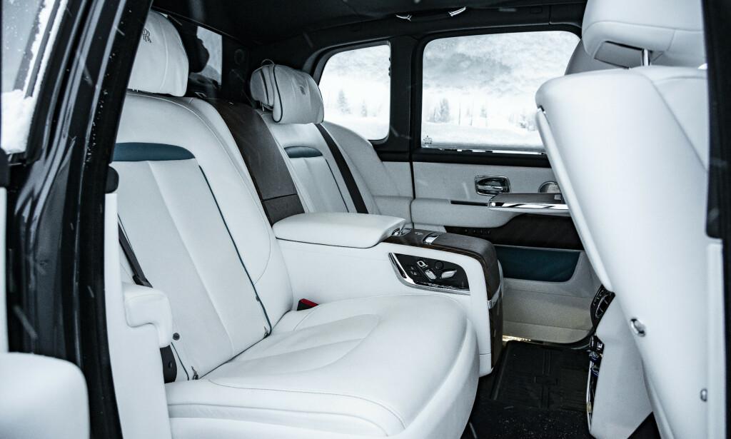 BAKSETENE: Det sies at Rolls-Royce oppleves best fra baksetene. Etter å ha kjørt den på isbane er vi uenige. Foto: Jamieson Pothecary