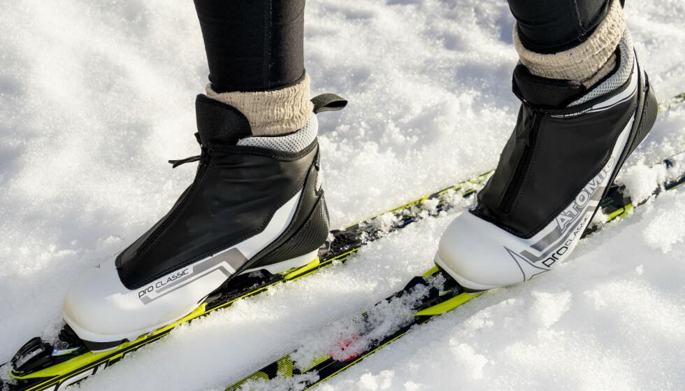 """VIRKER """"BILLIGE"""": Kvaliteten på skoens glidelåser virker ikke spesielt godt, og vi frykter at de kan bli ødelagte relativt enkelt. Foto: Per Ervland"""